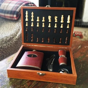 Σκάκι με φλασκί, σφηνοπότηρα και ανοιχτήρι
